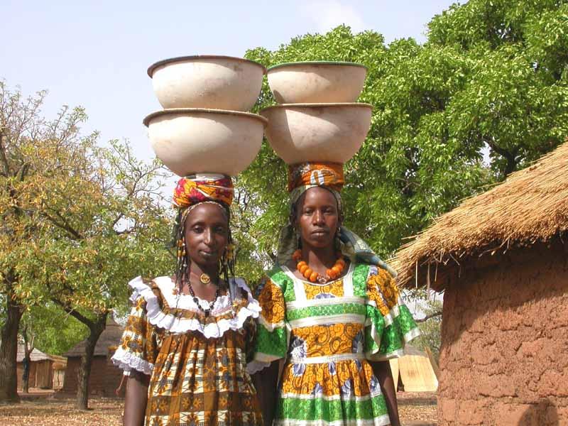 Femmes peules allant vendre leur lait au marché