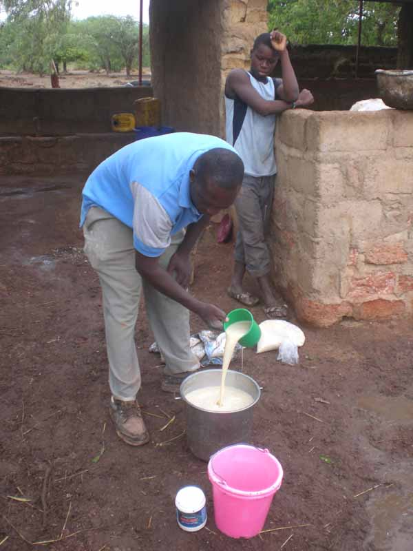 M. Modeste prépare la bouillie de soja