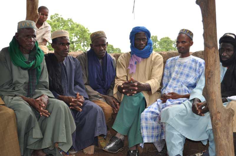 Quelques vieux qui veilleront sur les troupeaux qui vont fournir le lait à la laiterie
