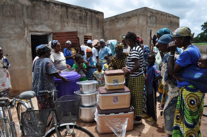 Les femmes qui travailleront bientôt à la laitere s'empresse de découvrir le matériel que nous avons apporté