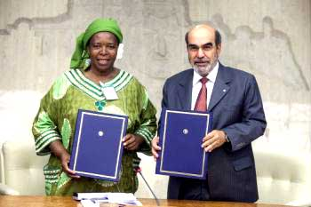 Elizabeth Mpofu, de Via Campesina, avec le DG de la FAO,  José Graziano da Silva